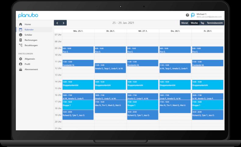Planubo Kalender auf einem Laptop angezeigt
