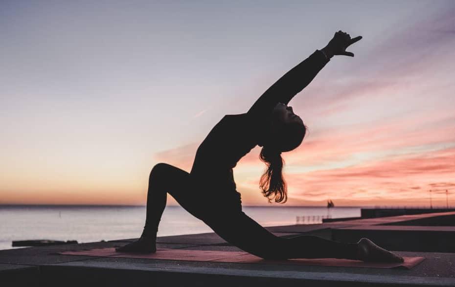 Yoga-Pose vor einem Sonnenuntergang