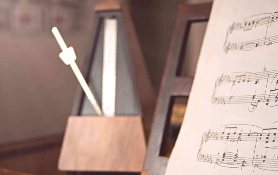 Musiknoten und ein Metronom auf einem Tisch