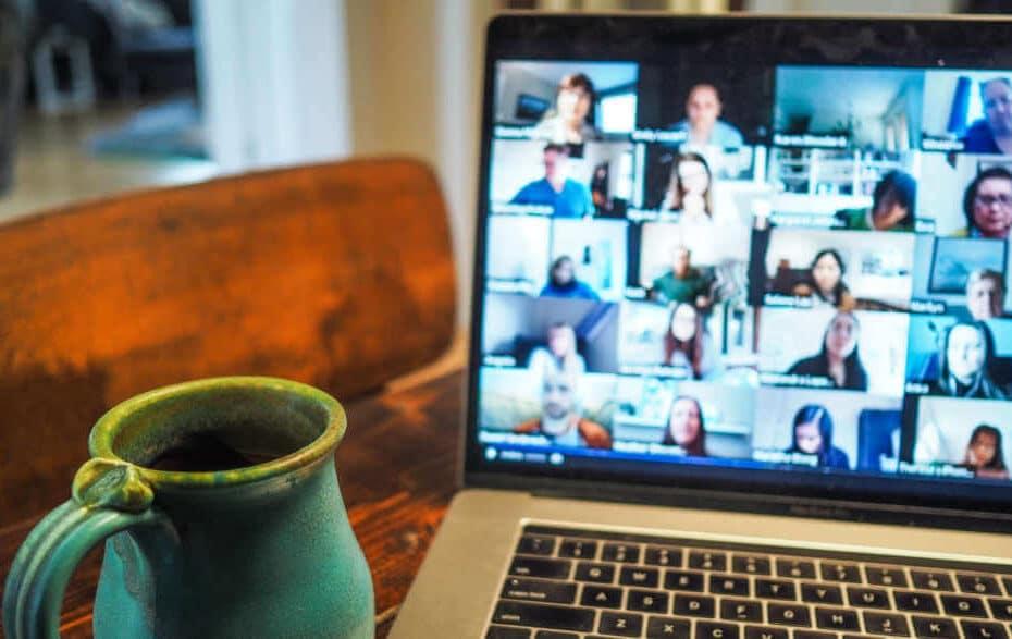 Gruppen-Videoanruf, der auf einem Laptop angezeigt wird.